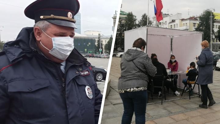 Полиция пригрозила сборщикам подписей в Екатеринбурге поездкой в отделение и потребовала снять баннеры