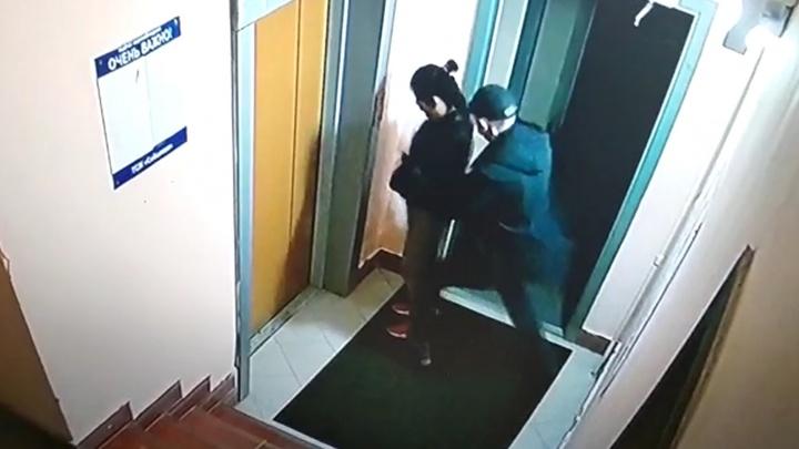 Появилось видео, как на Широкой Речке на 17-летнюю девочку напал мужчина с ножом