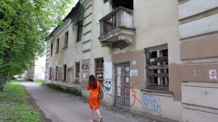 «Балкон же свалится»: в центре Ярославля разрушается дом. Люди боятся получить кирпичом по голове