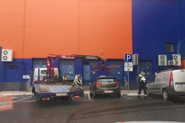 Автомобили стояли на парковках для инвалидов