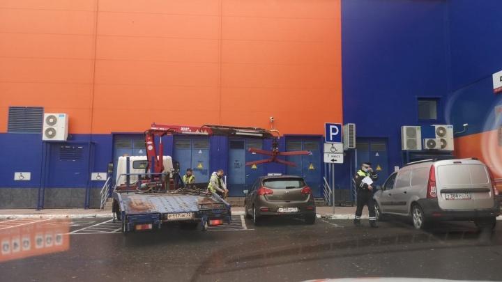 В Тюмени сотрудники ГИБДД за день эвакуировали десяток нарушителей парковки у ТРЦ