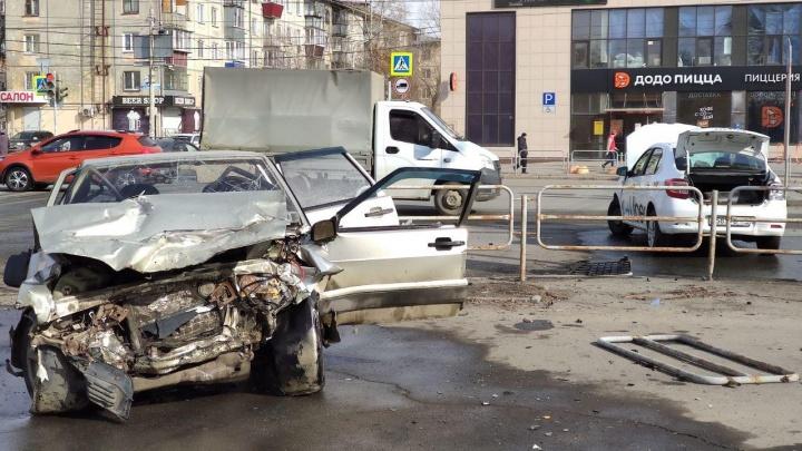 В Челябинске после столкновения с такси машина вылетела на тротуар, есть пострадавший