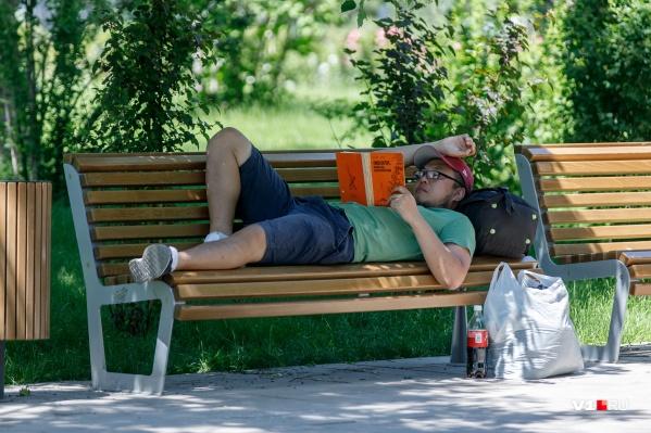 Горожане ищут спасение от жары и строгих правил изоляции