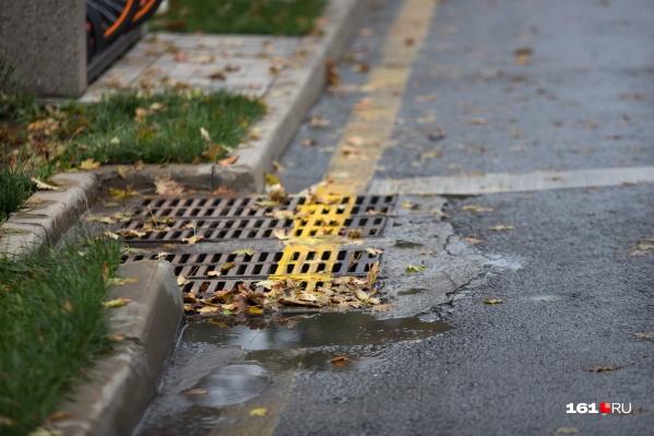 По словам чиновников, ростовские ливневки не смогли справиться с большим потоком воды