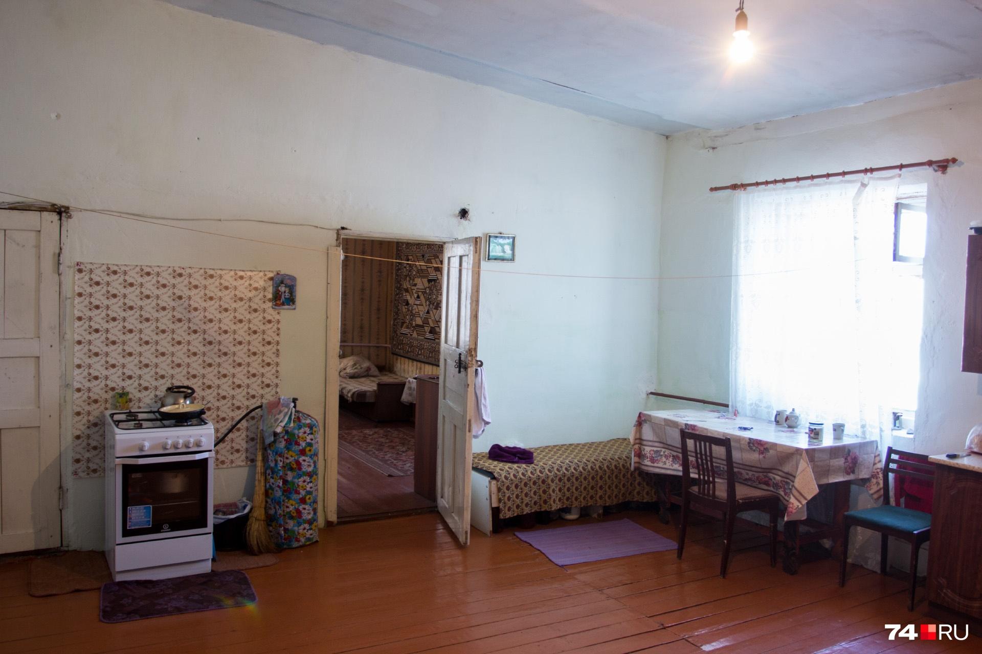 В доме живёт несколько семей, и пока переезжать они никуда не собираются