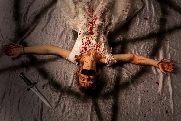 По сюжету фильма семья, к которой присоединяется девушка, должна ее убить во время игры в прятки