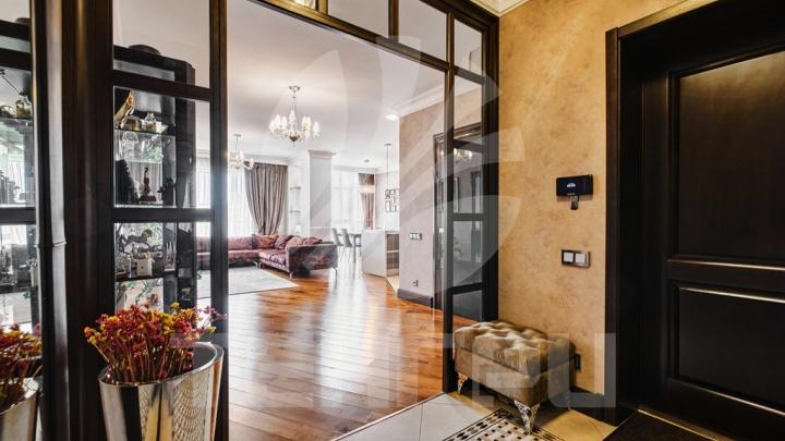 В Омске за 19 миллионов продают квартиру с трёхметровыми потолками