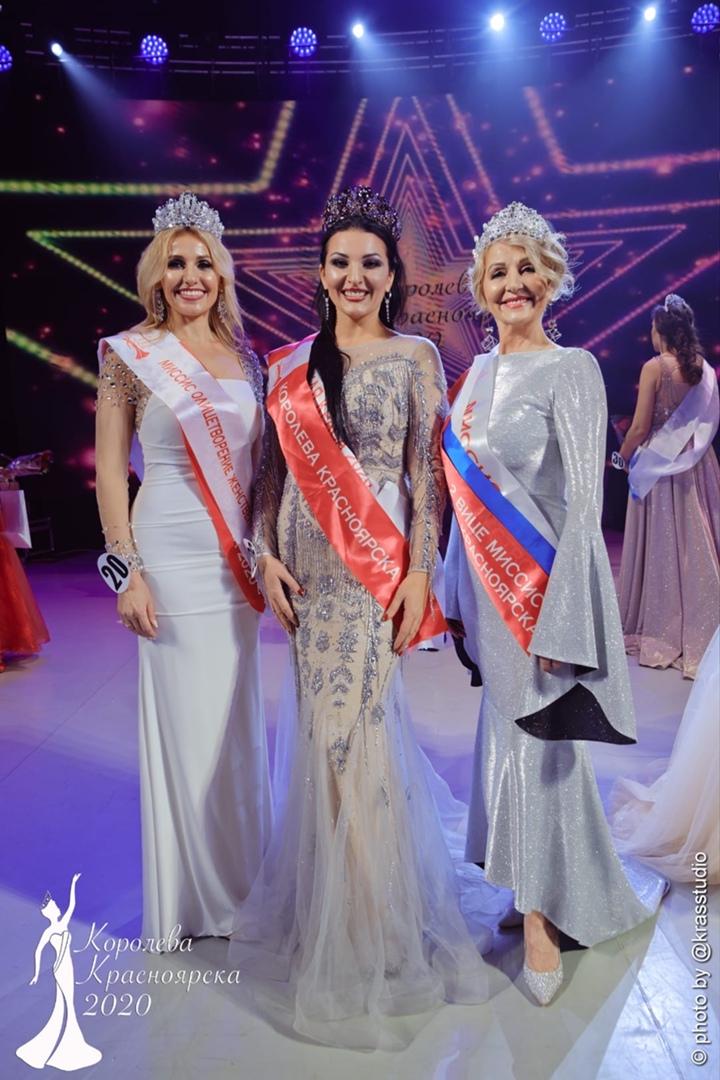 Ольга с двумя другими участницами конкурса красоты «Королева Красноярска — 2020»
