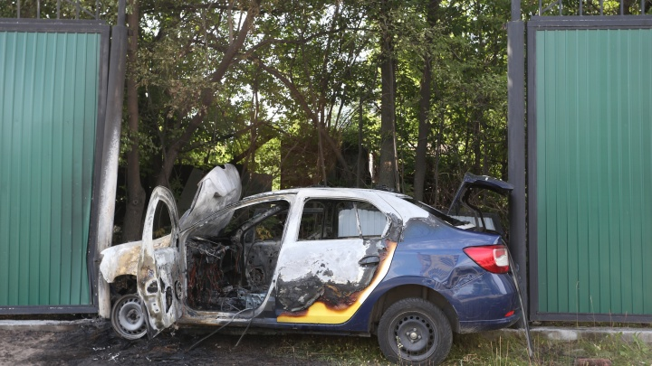 У «Родника» в Челябинске такси врезалось в забор и загорелось