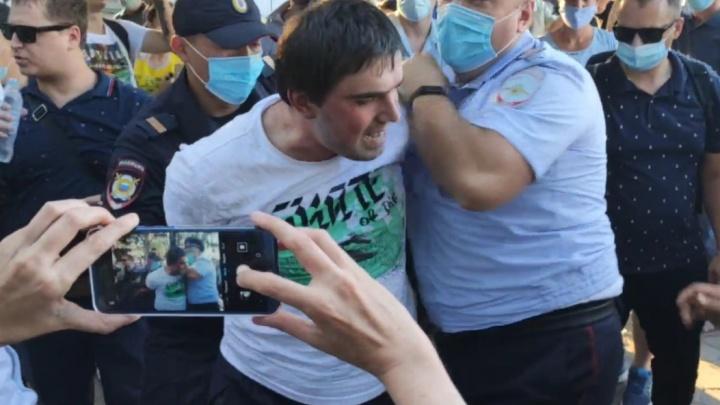 Омичу грозит до пяти лет колонии за нападение на полицейского на митинге в поддержку Хабаровска