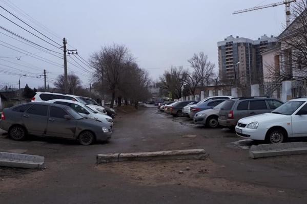 К концу зимы на дороге появились классические ямы