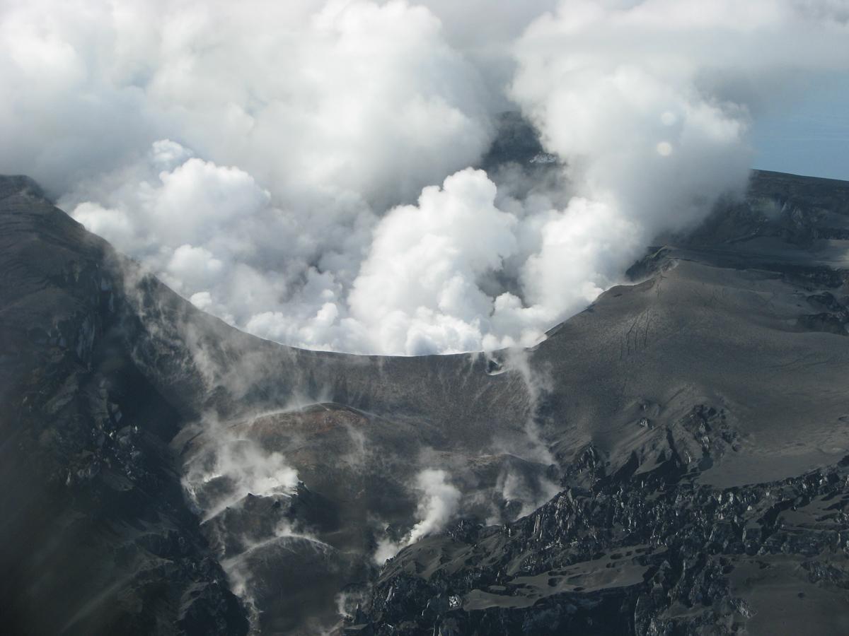 Вершина вулкана Эйяфьятлайокудль в Исландии в апреле 2010 года после извержения