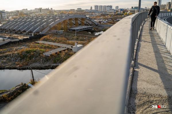На площадке конгресс-холла на реке Миасс продолжаются строительные работы