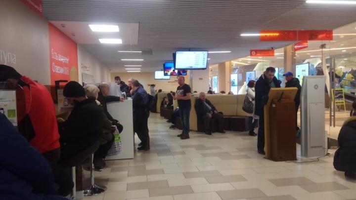 Квест на пять часов: екатеринбургские МФЦ не справились с наплывом посетителей в выходной день