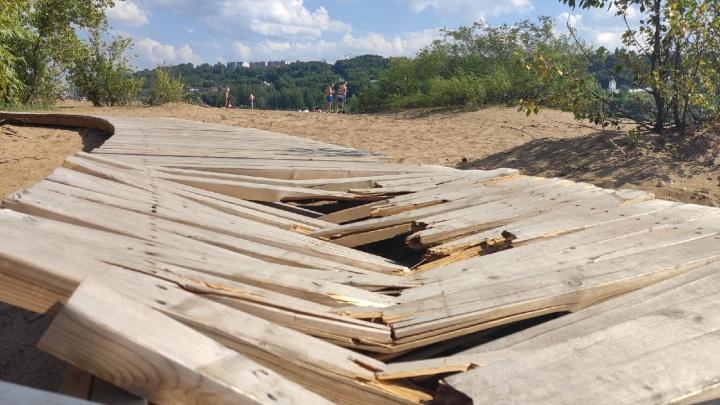 Гребной канал уже не тот: фоторепортаж с разрушенного главного пляжа Нижнего Новгорода
