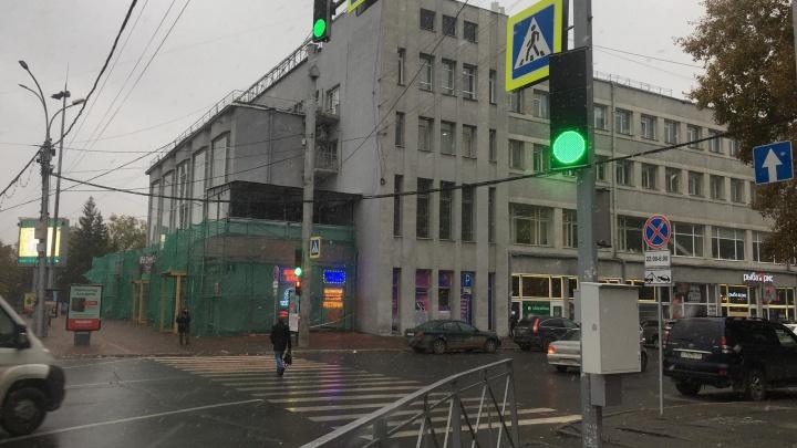 У пешеходного перехода на площади Ленина появился светофор