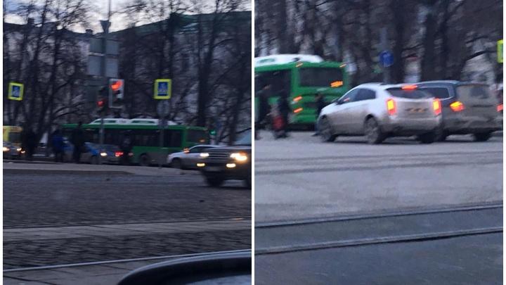 На площади 1905 года автобус сбил пешехода