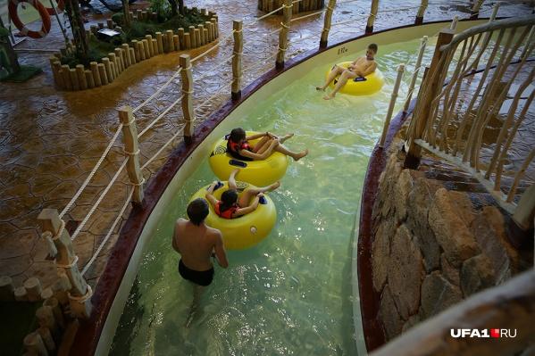 В аквапарке посетители могут прокатиться на водных горках