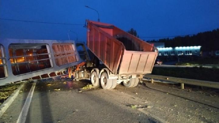 «Всё могло быть иначе»: автоэксперт E1.RU — о видео с Челябинского тракта, где самосвал снес мост