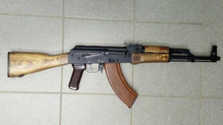 Волгоградец устроил стрельбу из охолощённого автомата Калашникова на набережной Санкт-Петербурга
