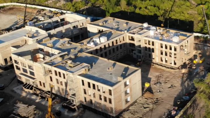 А недавно был пустырь: в школе на Пятой просеке появились крыша и пластиковые окна