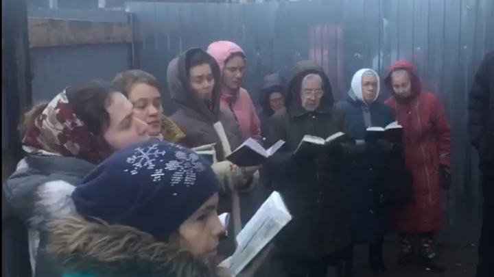 Община баптистов в Соломбале встретила судебных приставов песнопениями