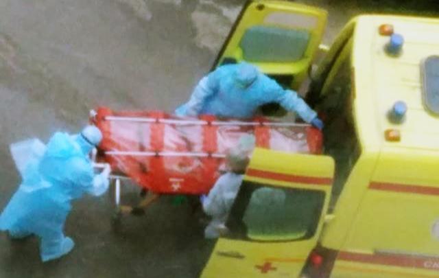 Жителей Октябрьского района напугали фотографии с транспортировкой больного в капсуле
