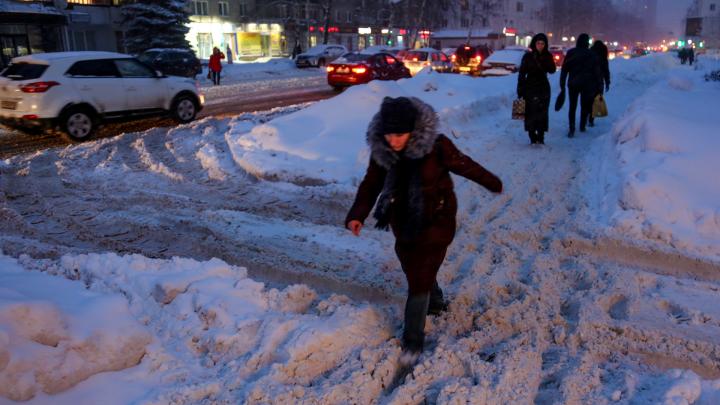 Сугробы, мокрая каша под ногами и километровые пробки: на Уфу вновь обрушился сильнейший снегопад