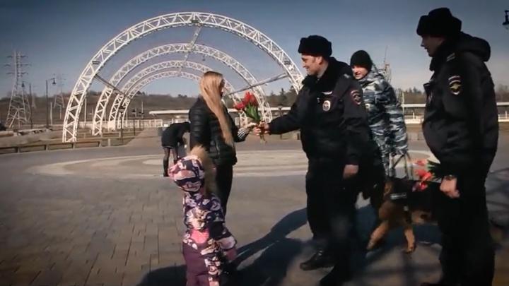 «Всего доброго вам и хорошего настроения»: полицейские подарили волгоградкам цветы