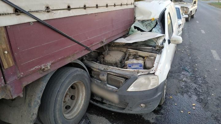 В Самарской области Lada залетела под грузовик