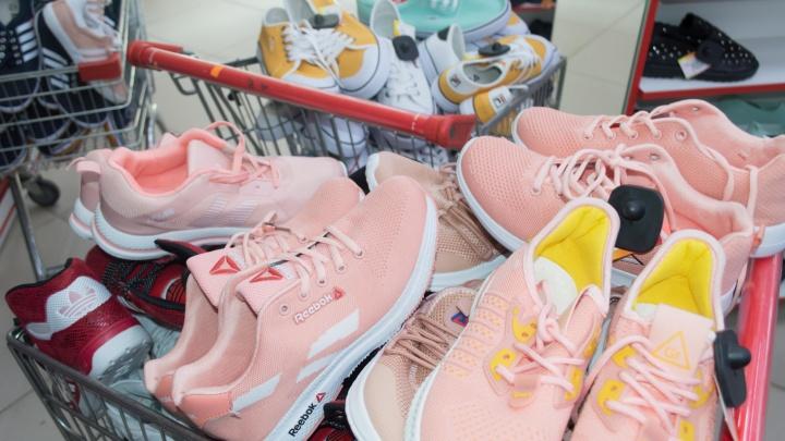 В кемеровском магазине обнаружили контрафактные одежду и обувь