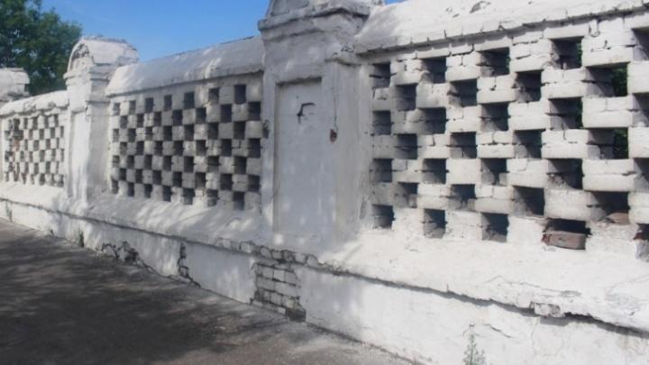Бывшего главного хозяйственника за снесенный забор-памятник у Троицкого кладбища оштрафовали на смешную сумму