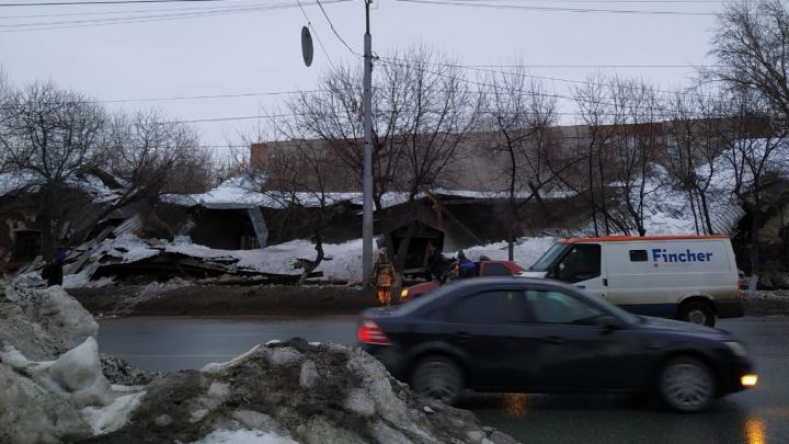 В центре Омска обрушилось здание бывших складов Минобороны