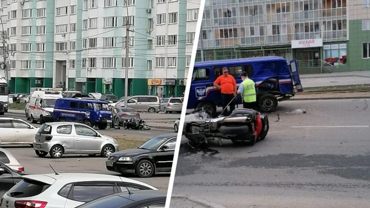 На Троллейной машина «Почты России» столкнулась с мотоциклом