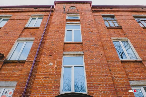 Под крышей дома видны буквы МЗМ — Мотовилихинский завод машиностроения