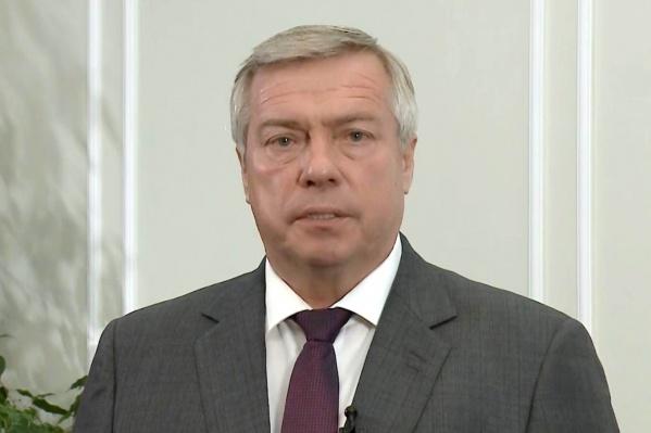 По словам губернатора Василия Голубева, несмотря на смягчение ограничений, масочный режим сохраняется