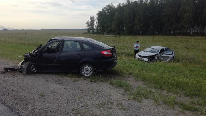 Под Каменском-Уральским водитель Lada пошел на обгон и лоб в лоб столкнулся с Toyota