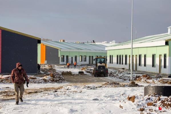 """Еще недавно строители завершали внутренние работы и параллельно выполняли благоустройство территории — к <nobr class=""""_"""">1 ноября</nobr>&nbsp;все подъезды к корпусам должны быть заасфальтированы"""