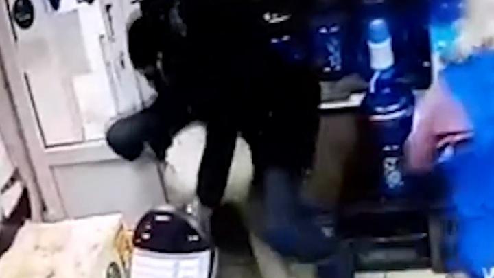 В Уфе мужчина напал с ножом на продавца бистро. Инцидент попал на видео