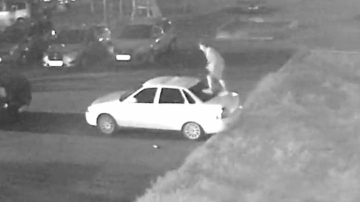 Поймали вандала, прыгавшего по машинам в Рыбинске: как он объяснил свой поступок