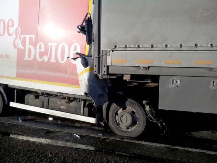 Бескапотный грузовичок, за рулем которого был челябинец, впечатало в стоявший перед ним автомобиль