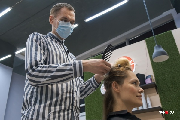 Иван Шершнёв 12 лет работает парикмахером и мечтает устроиться в салон красоты