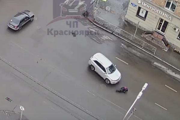Женщина переходила дорогу в неположенном месте
