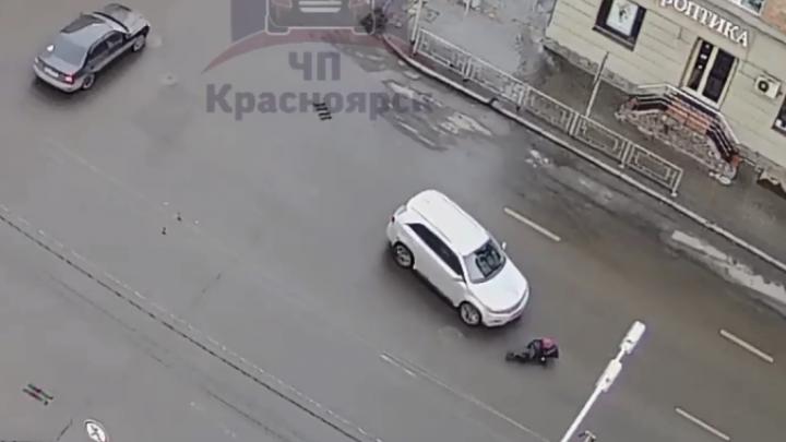 В центре женщина попала под колеса внедорожника. Ей грозит штраф: видео