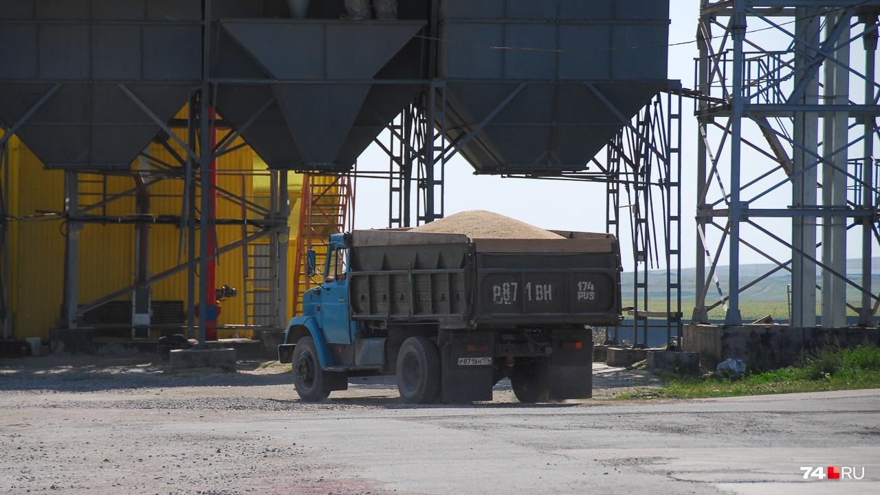 А этот грузовик обеспечивает циркуляцию зерна: с запуском зернохранилищ процесс будет автоматизирован