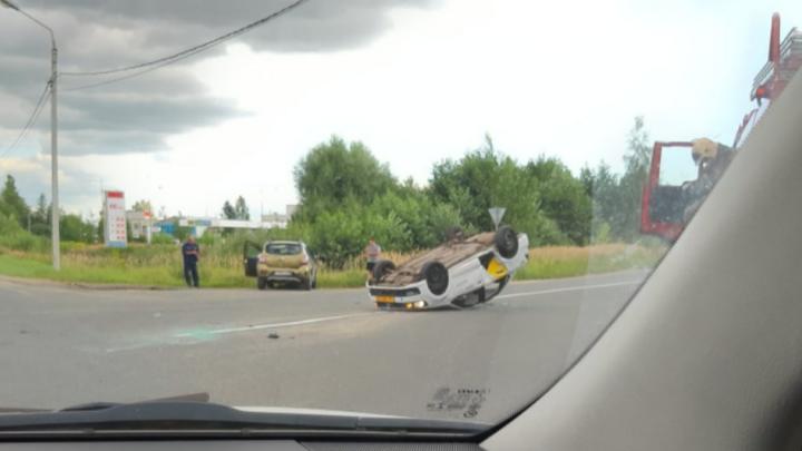«Водитель отстранён»: в Ярославле после удара с другой машиной перевернулось такси