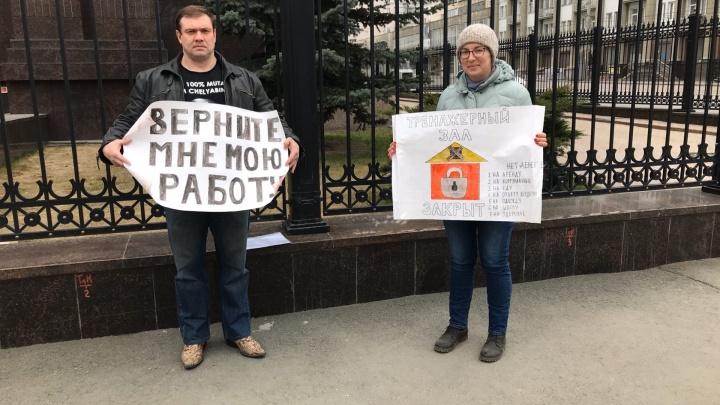 «Мы на грани разорения»: в Челябинске владелец фитнес-клуба вышел на пикет во время самоизоляции