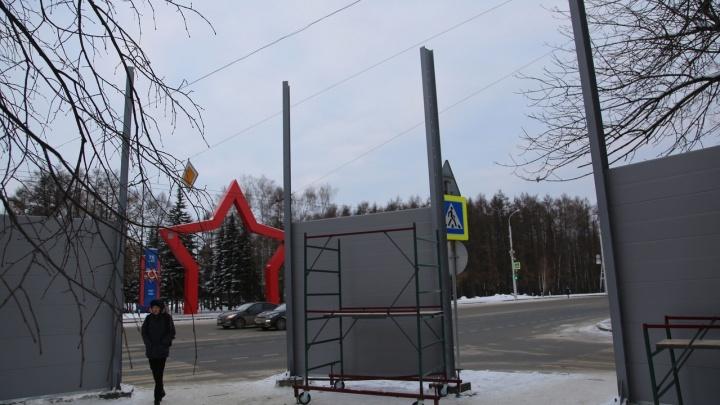 """«""""Стена Плача"""" и гетто получается»: в Уфе возле жилого дома установили 6-метровый забор"""