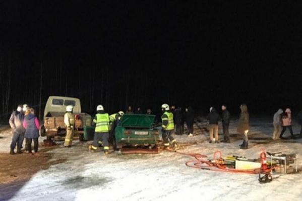 Спасатели освобождали заблокированных в «Жигулях» двух девушек — водителя и пассажирку