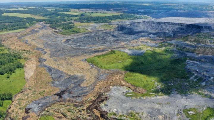 Последствия огромного грязевого оползня под Новосибирском сняли с высоты. Впечатляющие кадры чёрных земель